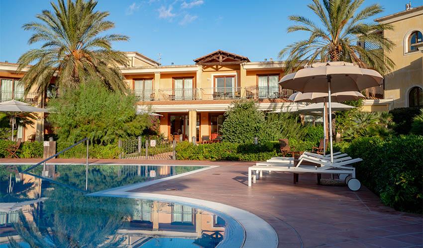 hotel con piscina capoterra